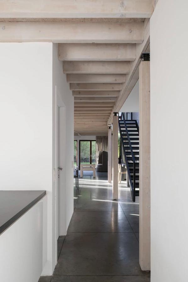 Interiores de casas contemporâneos autênticos em cores bege neutras com toques pretos fortes 7