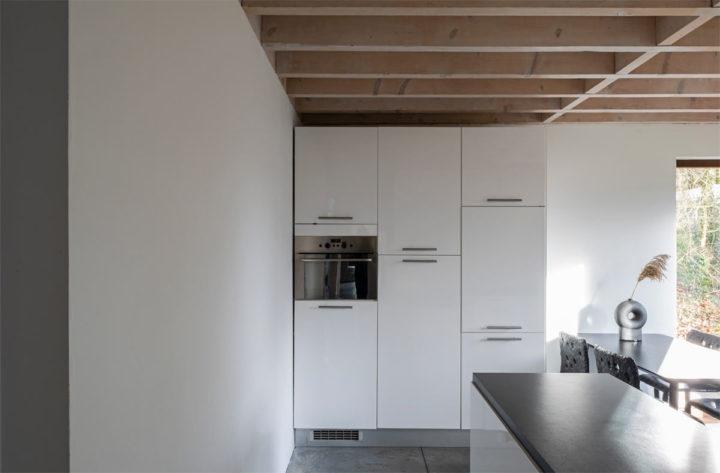 armários brancos minimalistas do chão ao teto da cozinha
