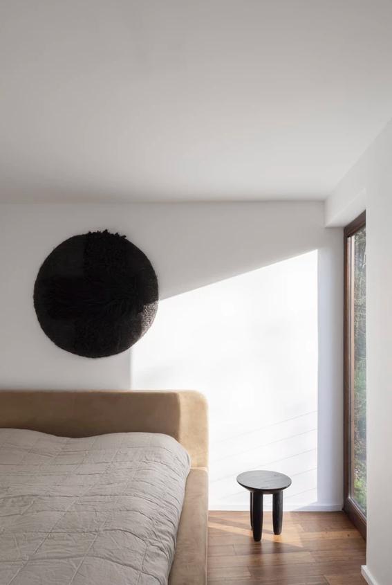 design minimalista do quarto com decoração branca e neutra na parede