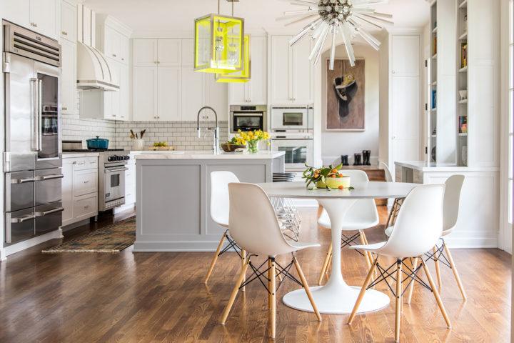 cozinha cinza e branca com copa