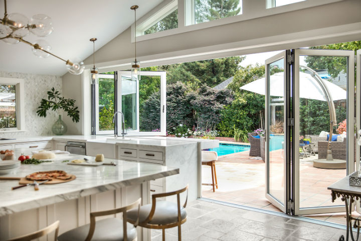 cozinha com vista para a piscina