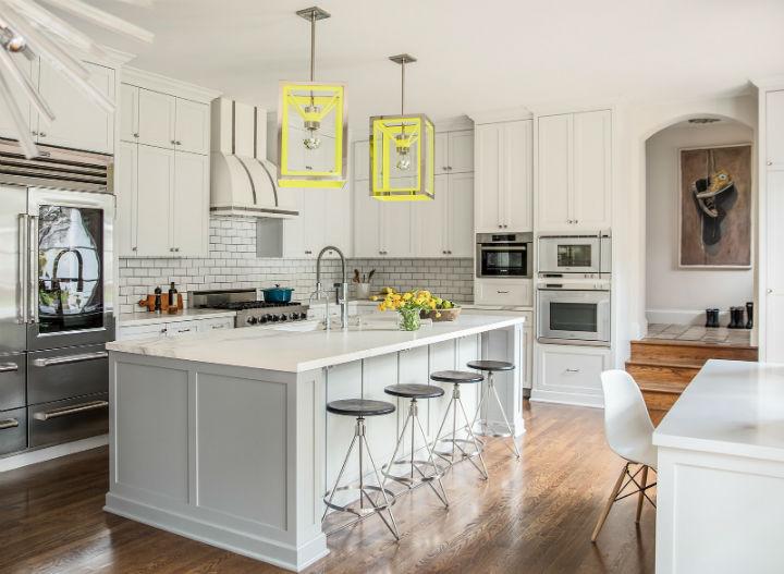 cozinha cinza com luzes amarelas fluo