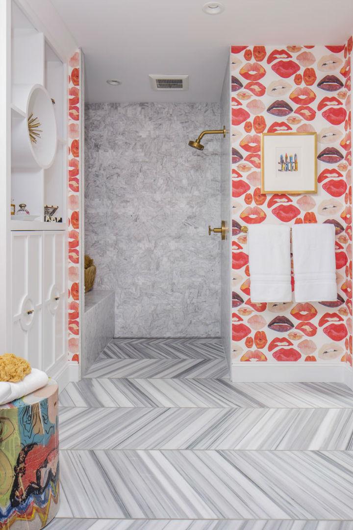 chuveiro com mármore e lábios papel de parede