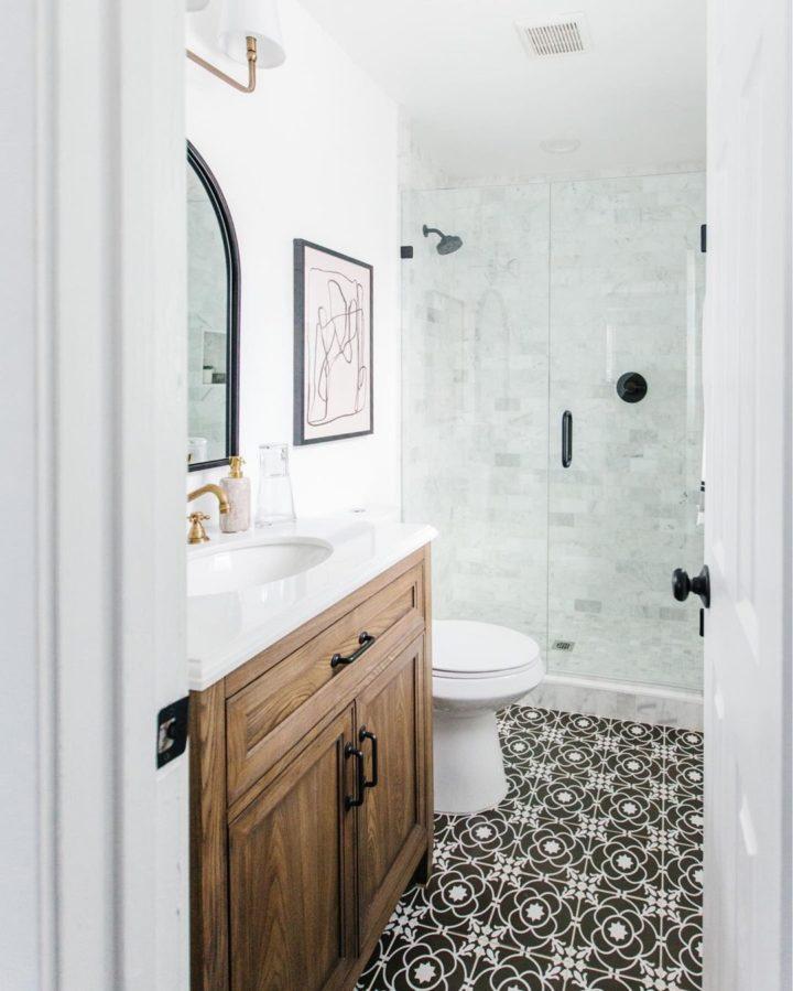 beyaz fayans ve siyah beyaz şablonlu yer karoları ile banyo