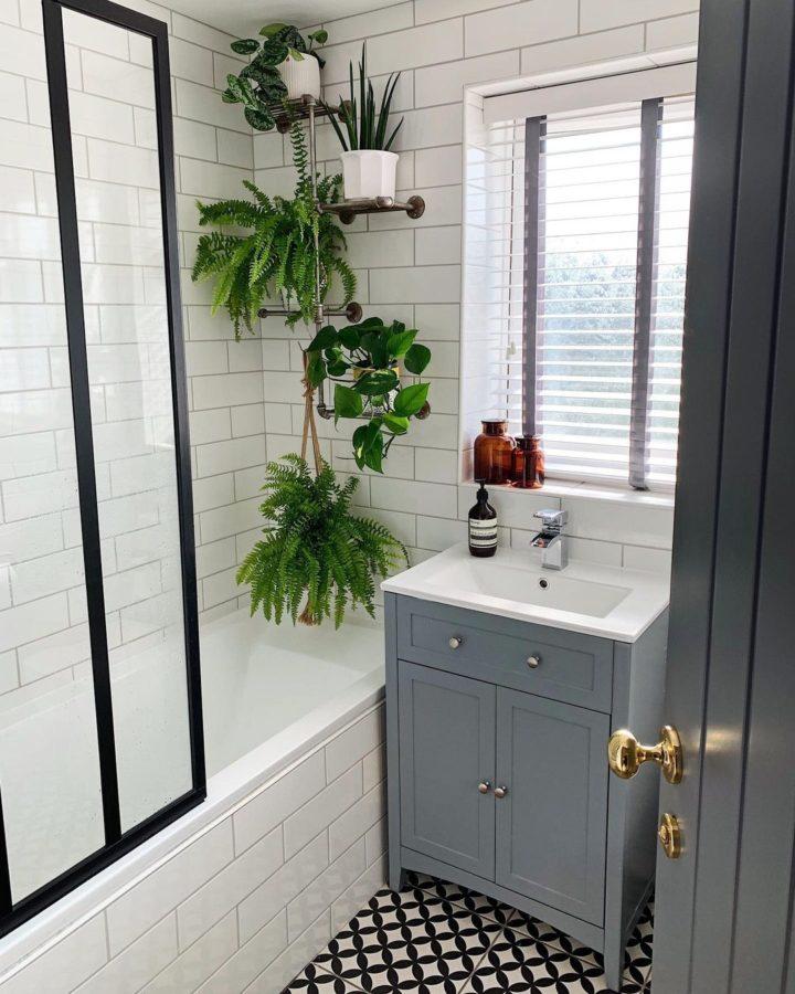 Beyaz Doğrusal Desenli küçük banyo gri makyaj masası ve asılı bitkileri döşer